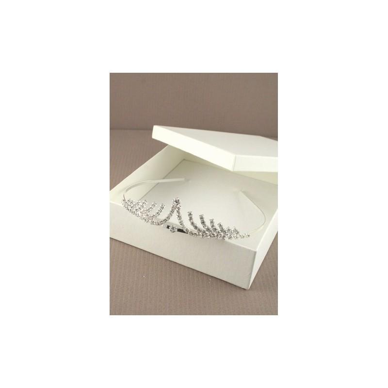 SILV krystal bølger tiara. dette punkt kommer pakket i en creme gaveæske ...