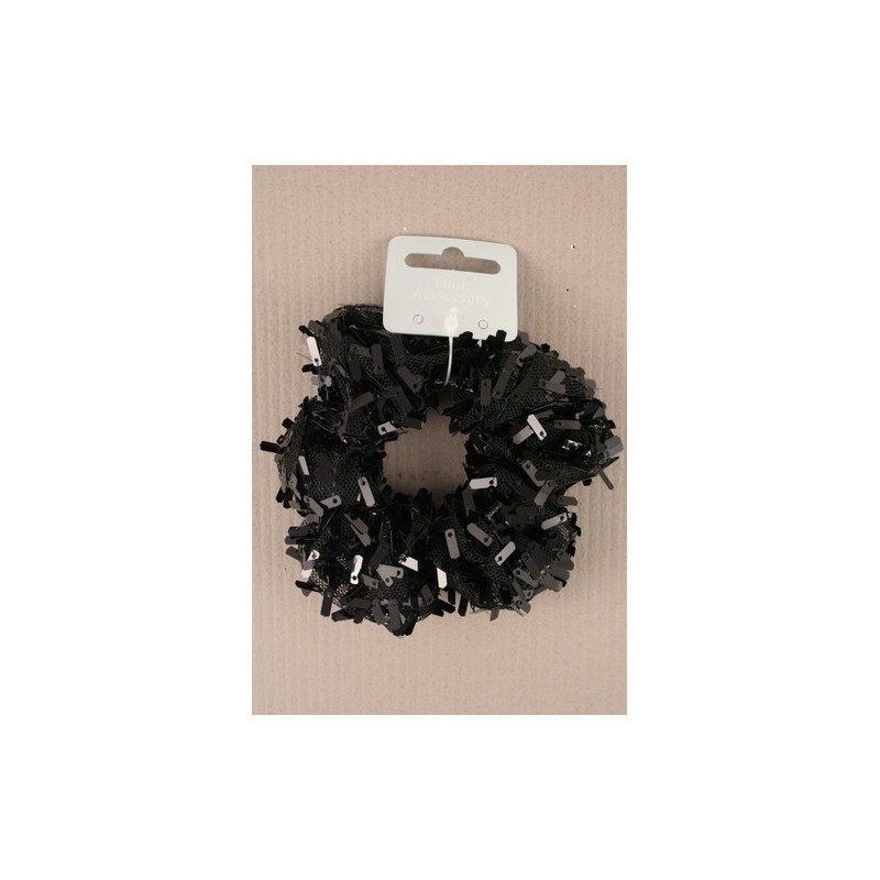 sort stof netto scrunchie med sorte rektangulære pailletter.