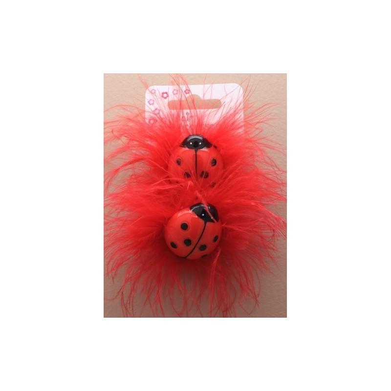 tarjeta de 2 ponios colores con motivos de mariquitas y las plumas. en rojo y rosa.