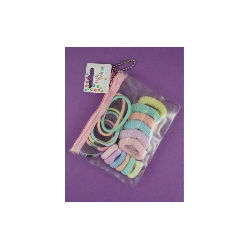 Bolsa de PVC com 18 elásticos sortidos e ponios em cores pastel.